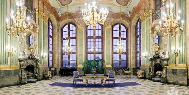 Oświetlony kandelabrami bogato zdobiony pokój zamku