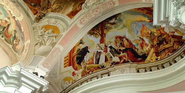 sklepienie barokowego kościoła z freskami