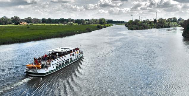 Statek wycieczkowy płynie po szeroko rozlanej rzece